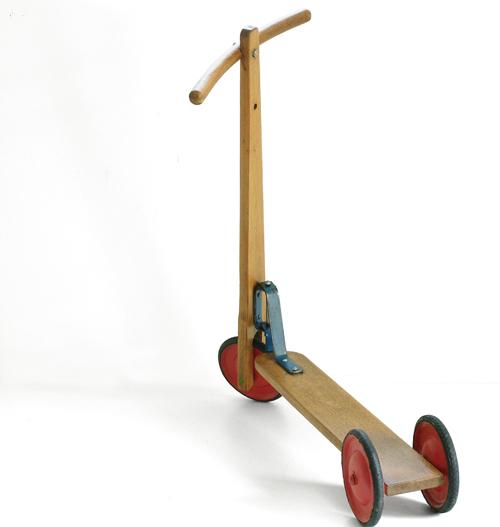 Ancienne trottinette en bois